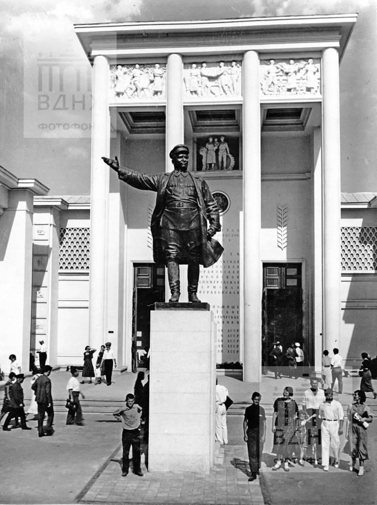 Скульптура тов. Кирова у входа в павильон