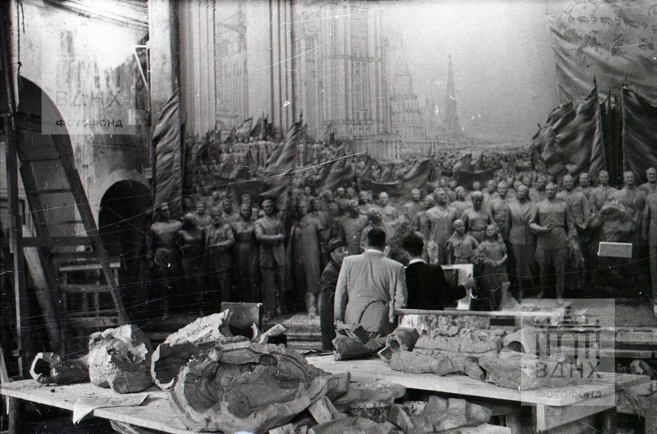 """Обсуждение процесса работы над горельефом """"Знаменосцу мира, советскому народу - слава!"""""""