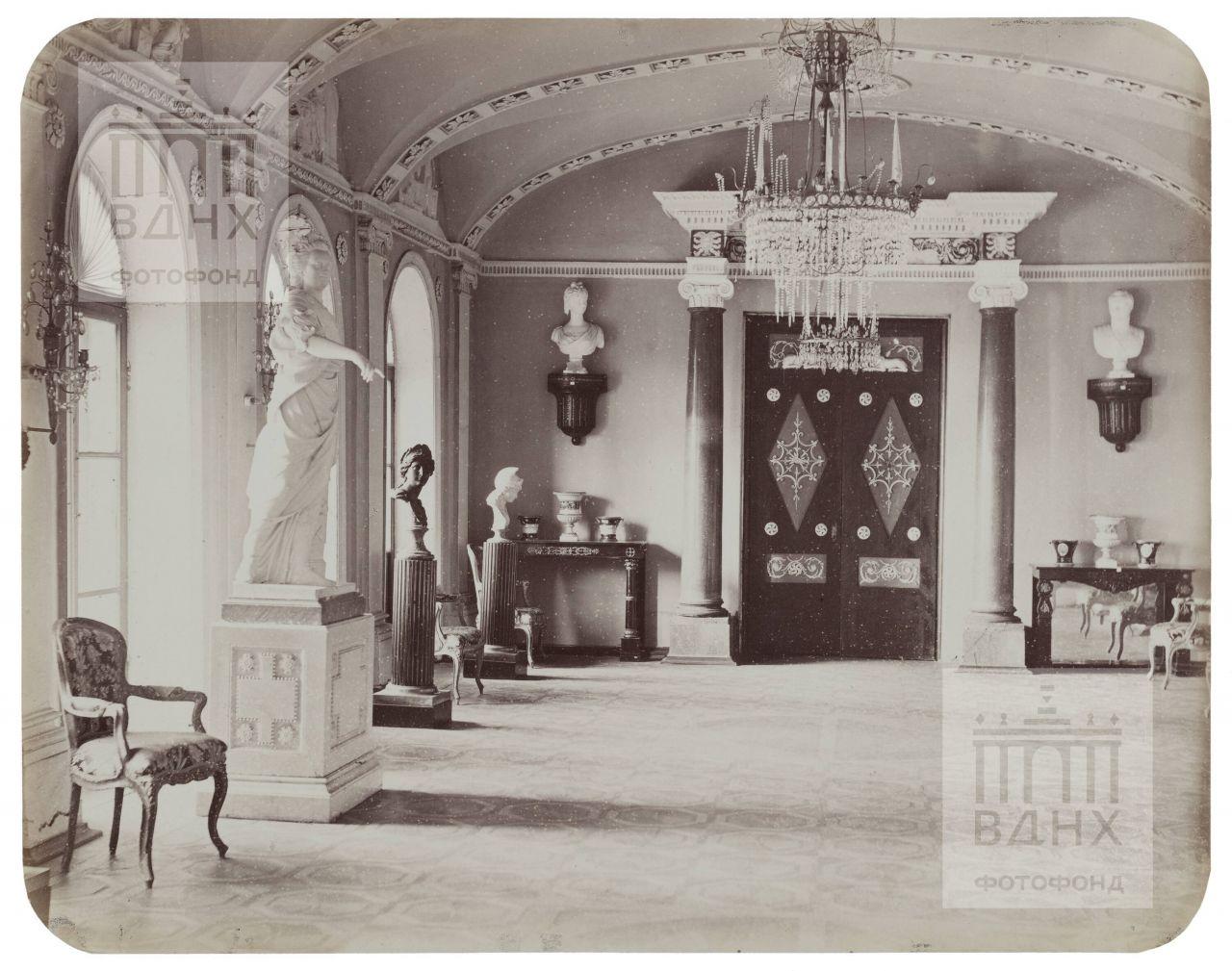 Останкинский дворец. Скульптура Екатерины II в интерьере Проходной к Египетскому павильону. 1868-1870
