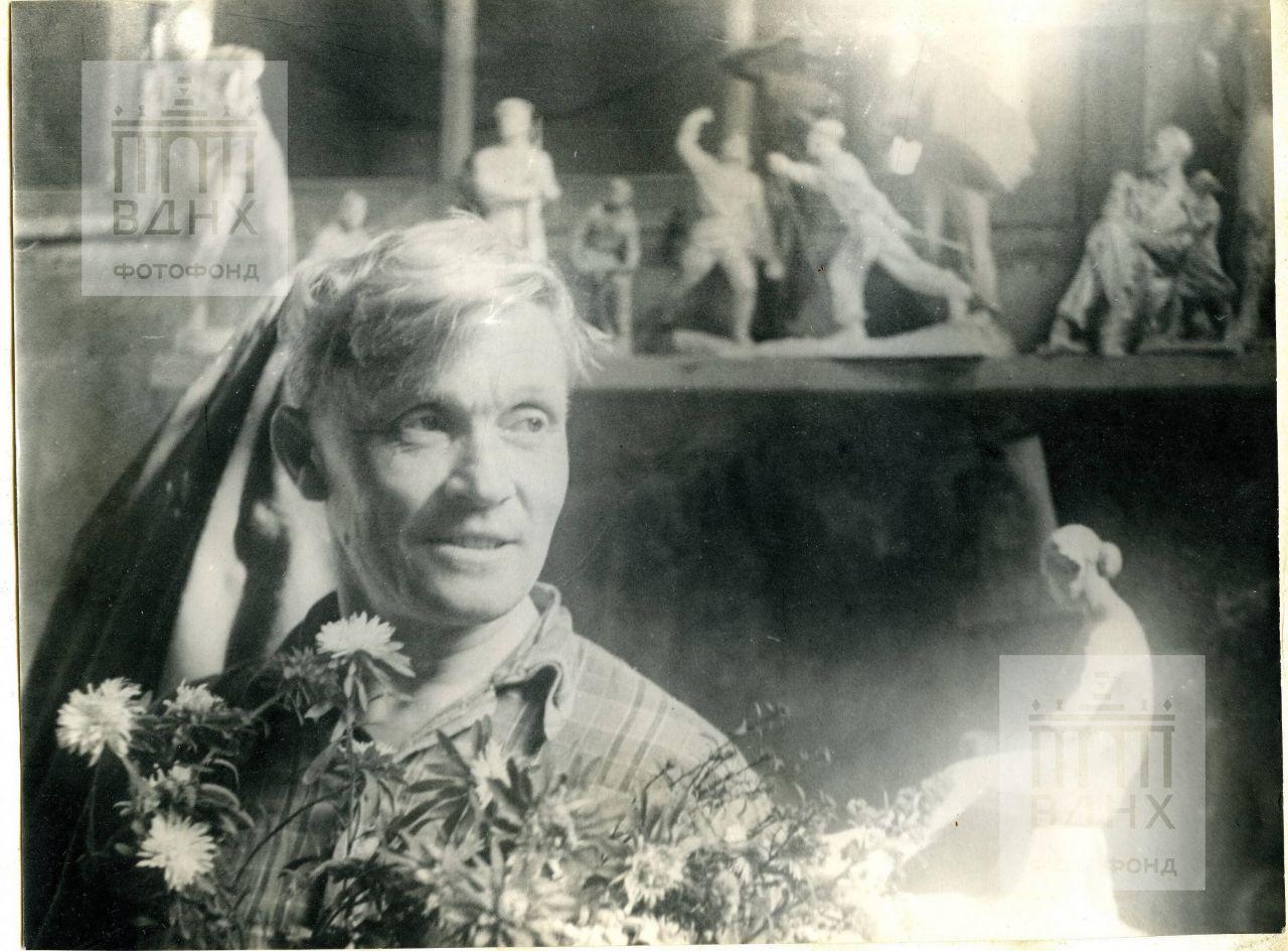 Скульптор П.И. Добрынин, в студии
