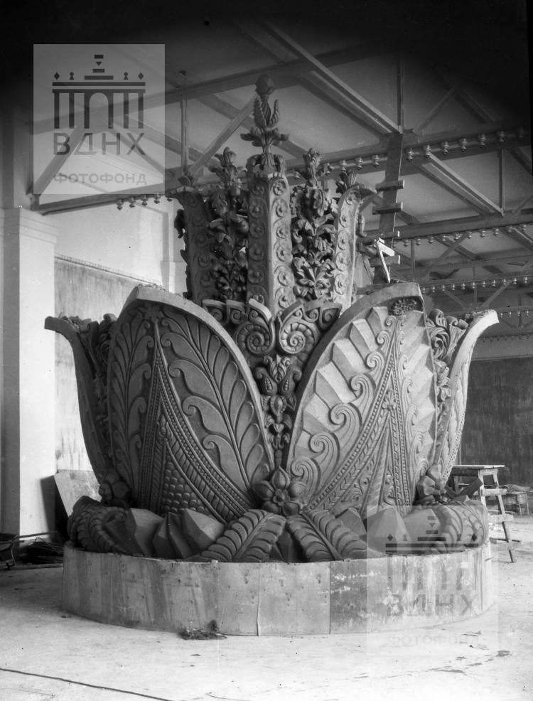 """Модель фонтана """"Каменный цветок"""". Мастерская оборудована одном из залов павильона """"Механизация"""""""