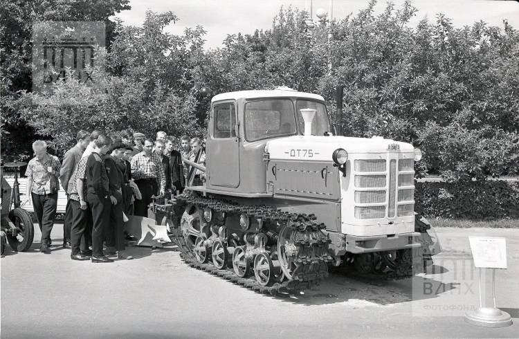 Трактор ДТ-75 на открытой площадке.
