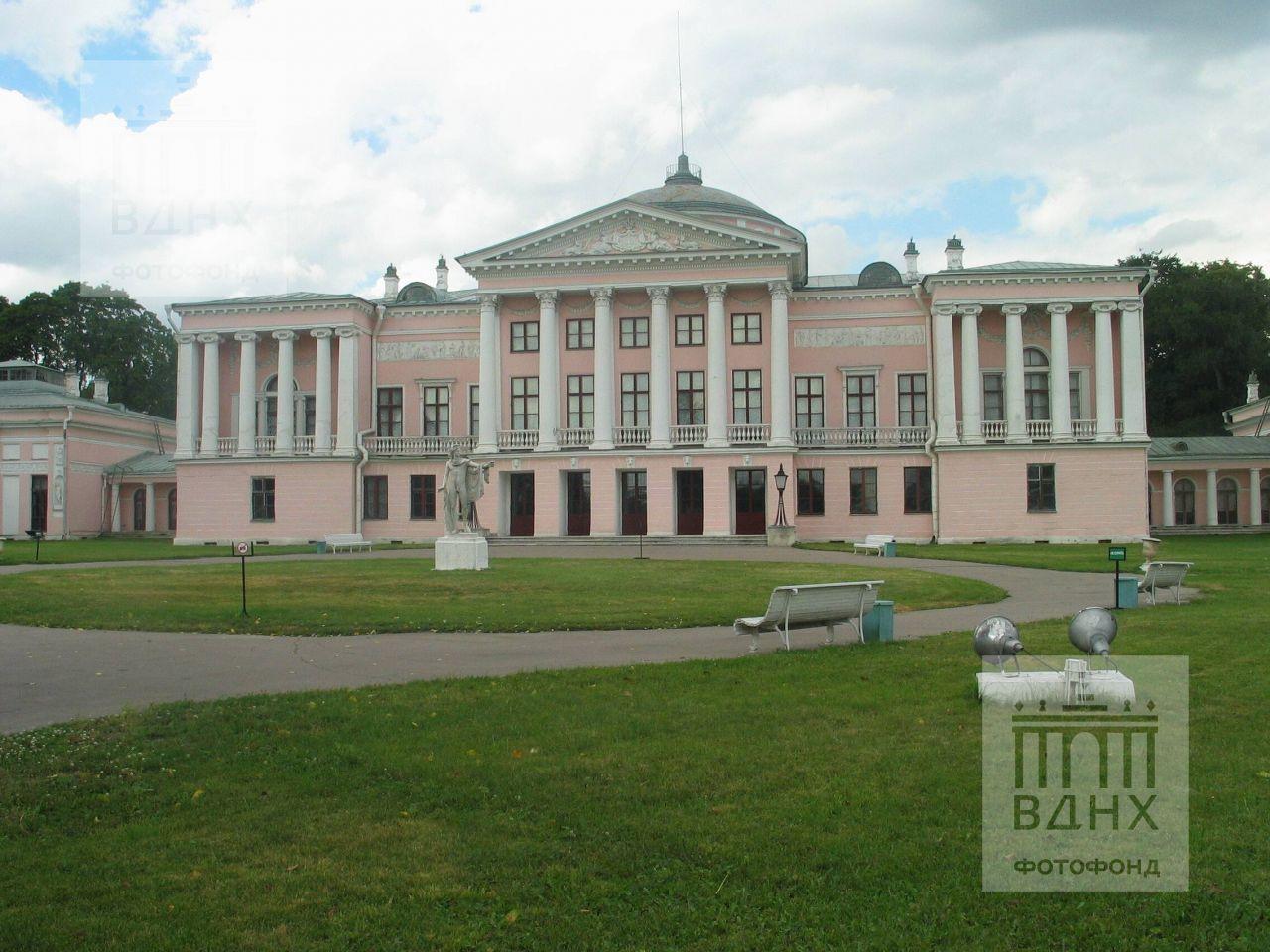 Главный фасад дворца