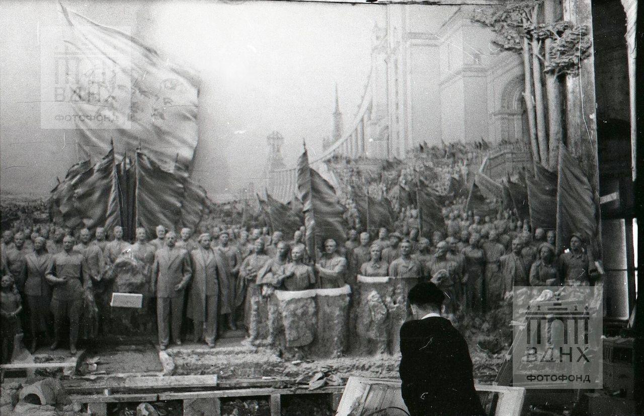 """Фрагмент горельефа """"Знаменосцу мира, советскому народу - слава!"""""""