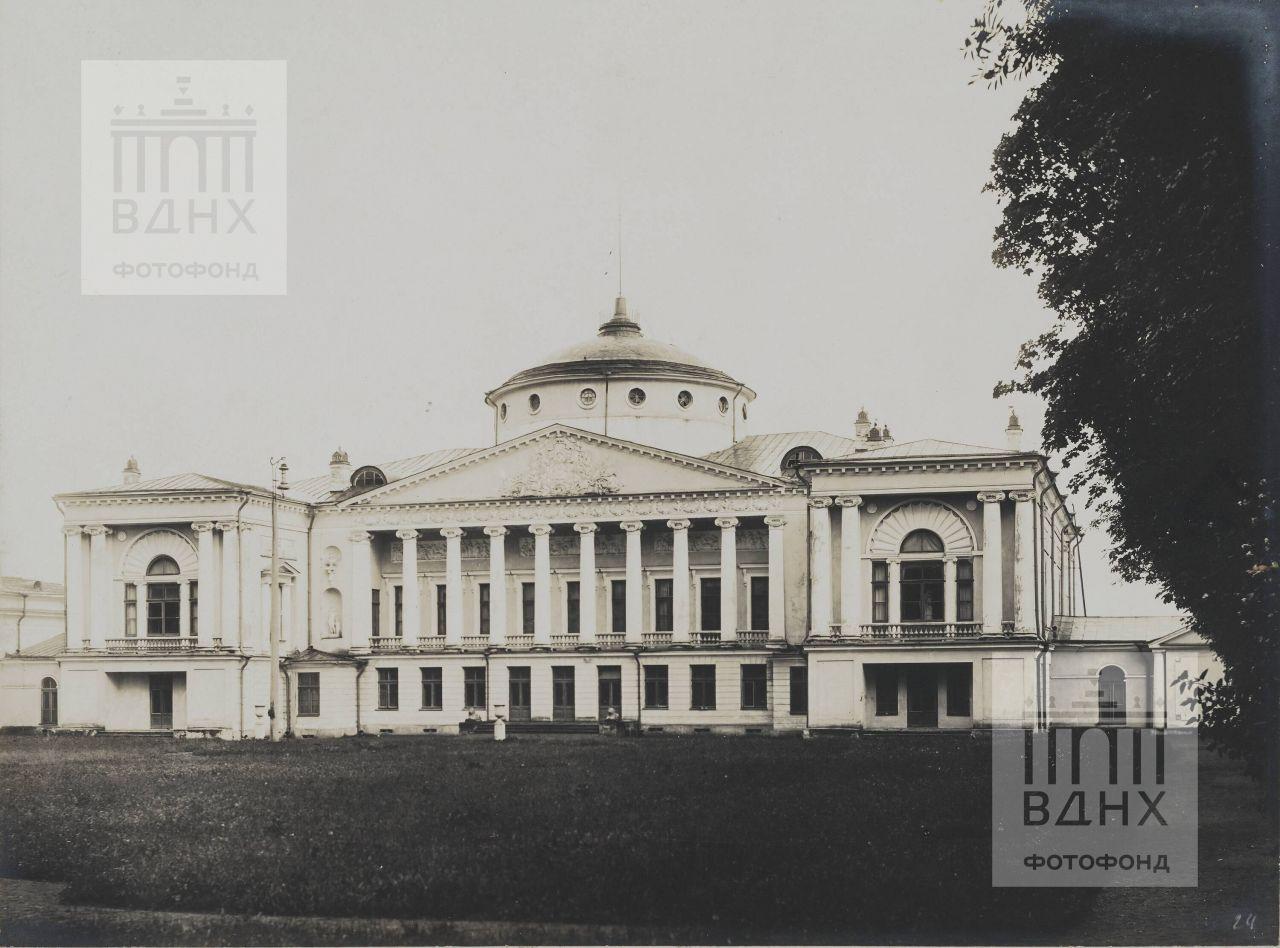 Фасад дворца со стороны парка