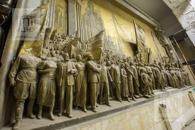 """Горельеф """"Знаменосцу мира, советскому народу - слава!"""" до реставрации"""