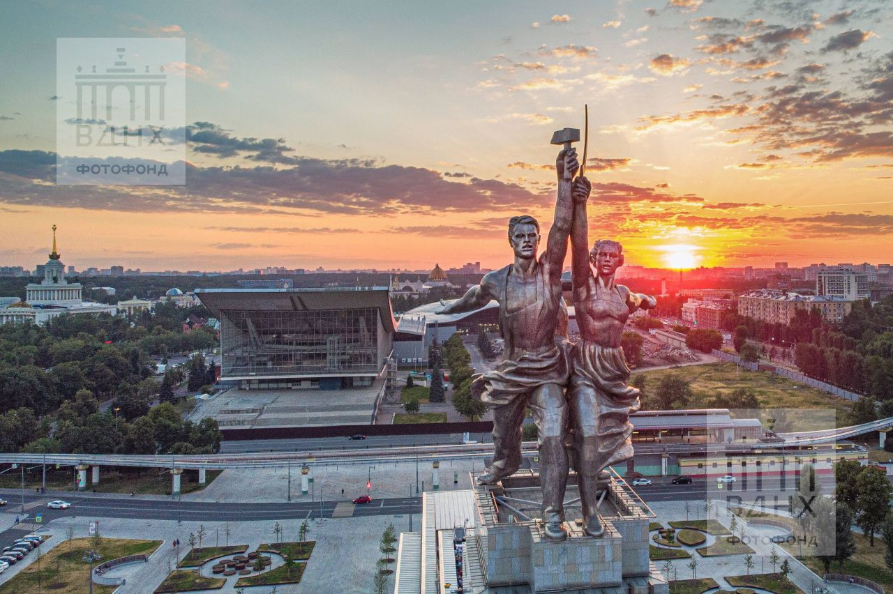 """Скульптура """"Рабочий и колхозница"""""""