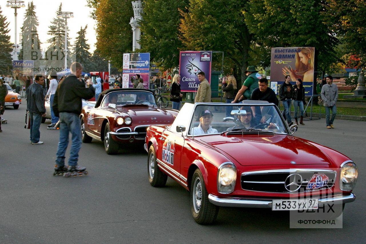 Ретро-автомобили на центральной аллее