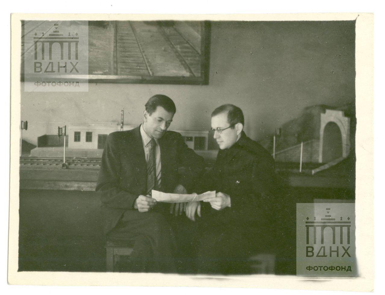 Тт. Каршин и Сушек (?) обсуждают план работы Дома пионеров