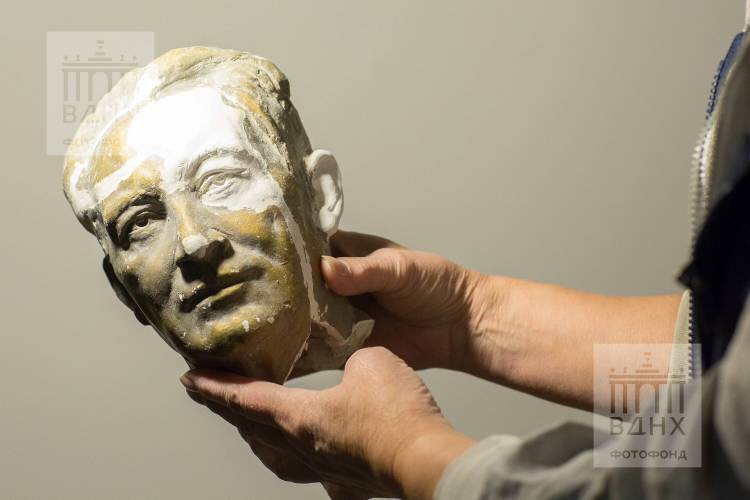 """Фрагмент одной из скульптур горельефа """"Знаменосцу мира, советскому народу - слава!"""""""