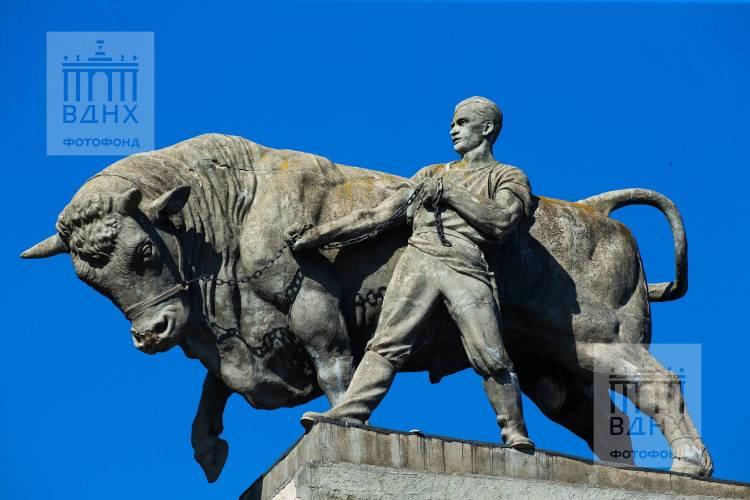 """Скульптура """"Боец с быком"""""""