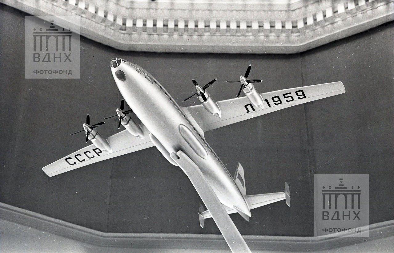 """Павильон """"Транспорт СССР"""". Макет самолета Л-1959."""