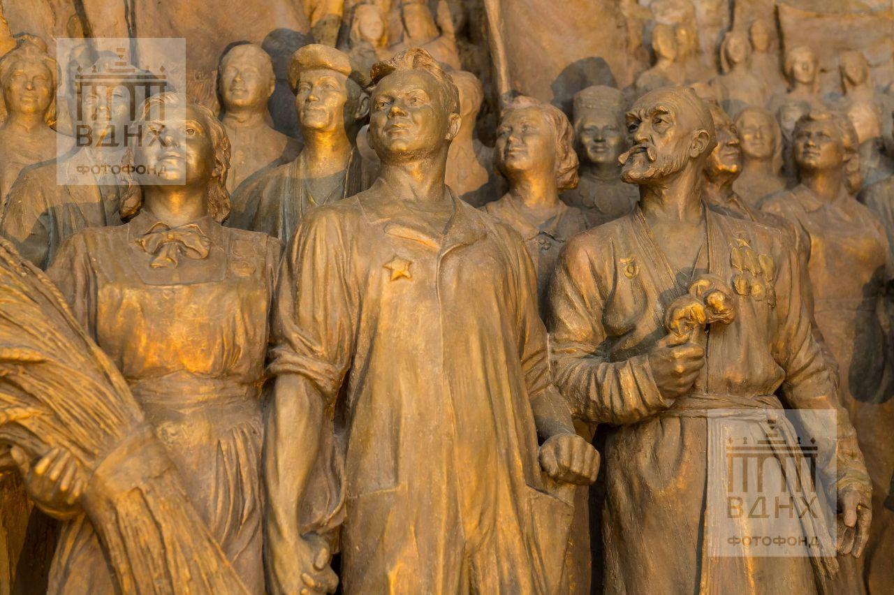 """Фрагмент горельефа """"Знаменосцу мира, советскому народу - слава!"""" после реставрации"""