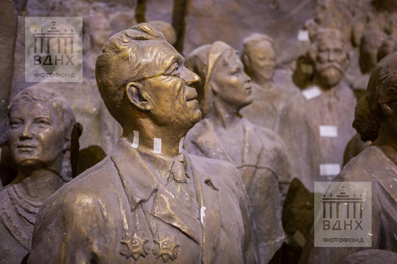 """Фрагмент горельефа """"Знаменосцу мира, советскому народу - слава!"""" до реставрации"""