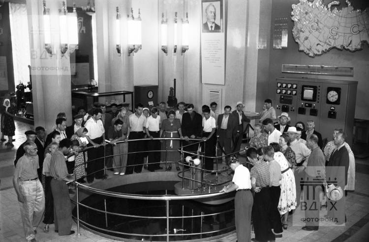 Посетители Всесоюзной промышленной выставки осматривают действующий атомный реактор в павильоне «Атомная энергия в мирных целях»