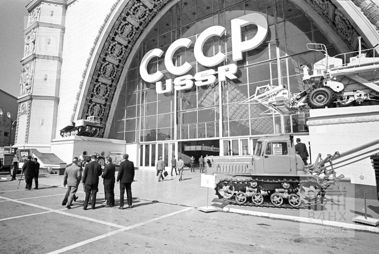 Общий вид павильона СССР на международной выставке «Современные сельскохозяйственные машины и оборудование» на ВДНХ СССР