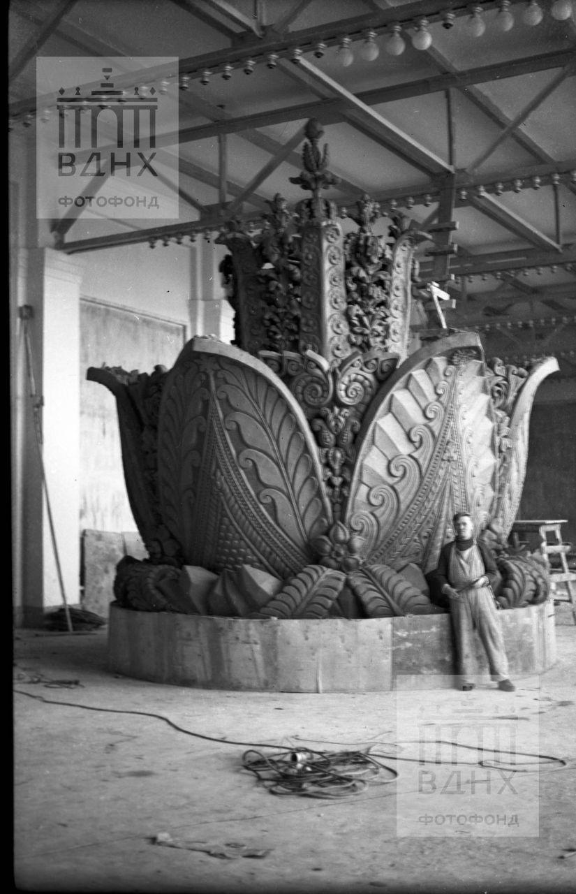 """Скульптор П.И. Добрынин с моделью фонтана """"Каменный цветок"""". Мастерская оборудована одном из залов павильона """"Механизация"""""""
