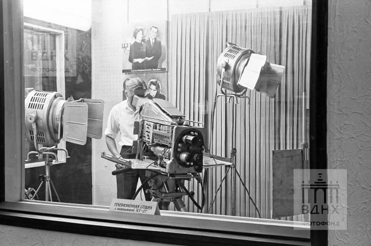 """Павильон """"Советская культура"""" (бывш. """"Узбекская ССР""""). Телевизионная студия с телекамерой КТ-27."""
