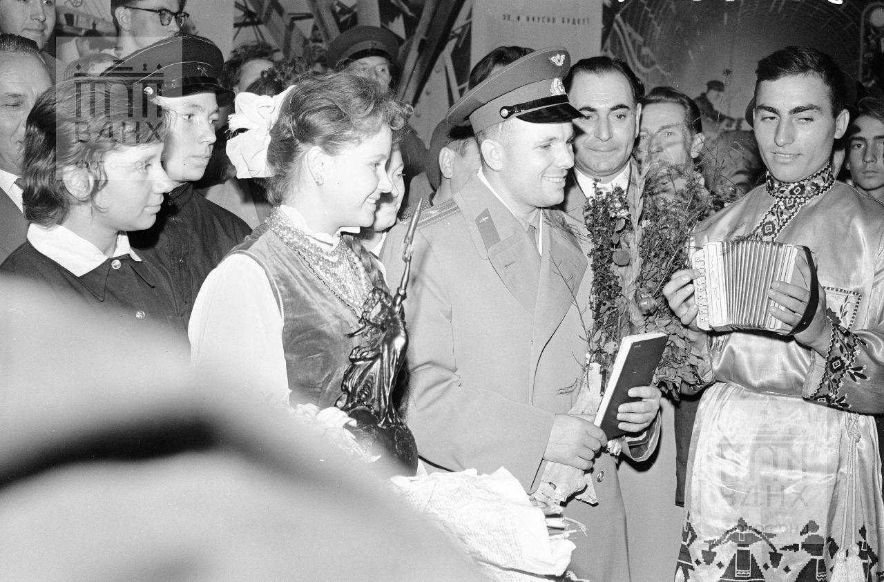 Гагарин и человек с мини-баяном.
