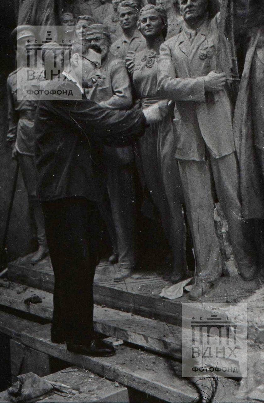 """Работа над одной из скульптур горельефа """"Знаменосцу мира, советскому народу - слава!"""""""