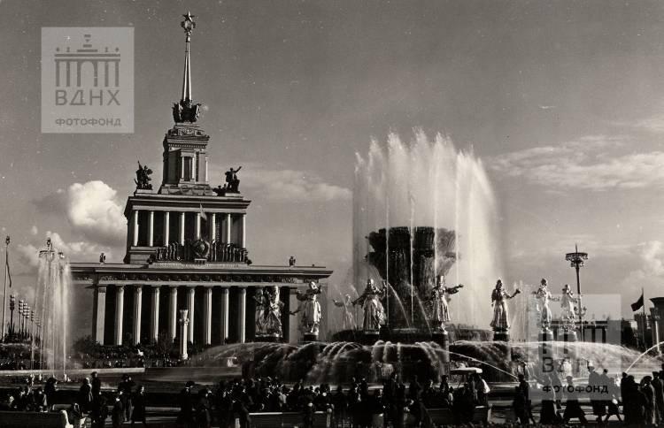 """Вид на Центральный павильон и фонтан """"Дружба народов""""."""