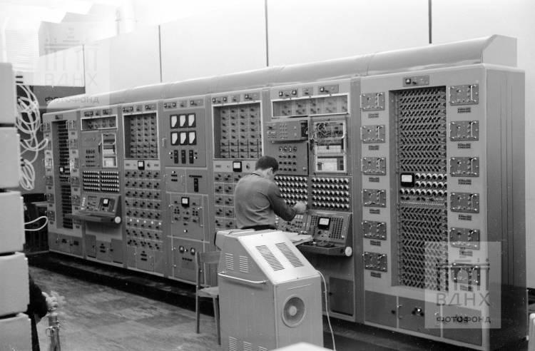 """Павильон """"Вычислительная техника"""" (бывш. """"Азербайджанская ССР"""". Изучение ЭВМ-17М."""