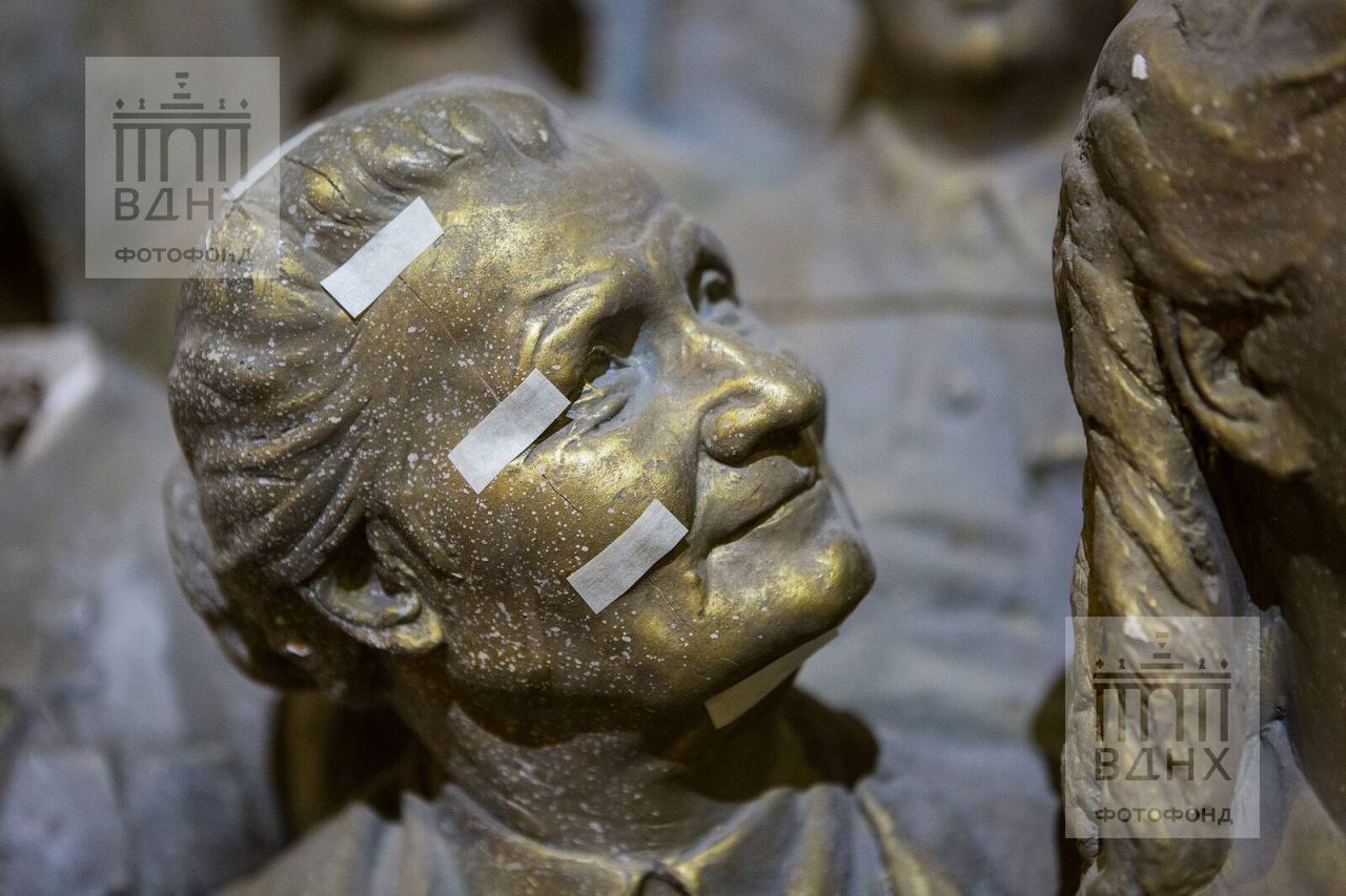 """Фрагмент одной из скульптур горельефа """"Знаменосцу мира, советскому народу - слава!"""" до реставрации"""