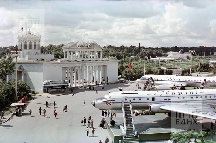 """Вид на павильон """"Транспорт СССР"""". (бывш. """"Зерно"""")"""