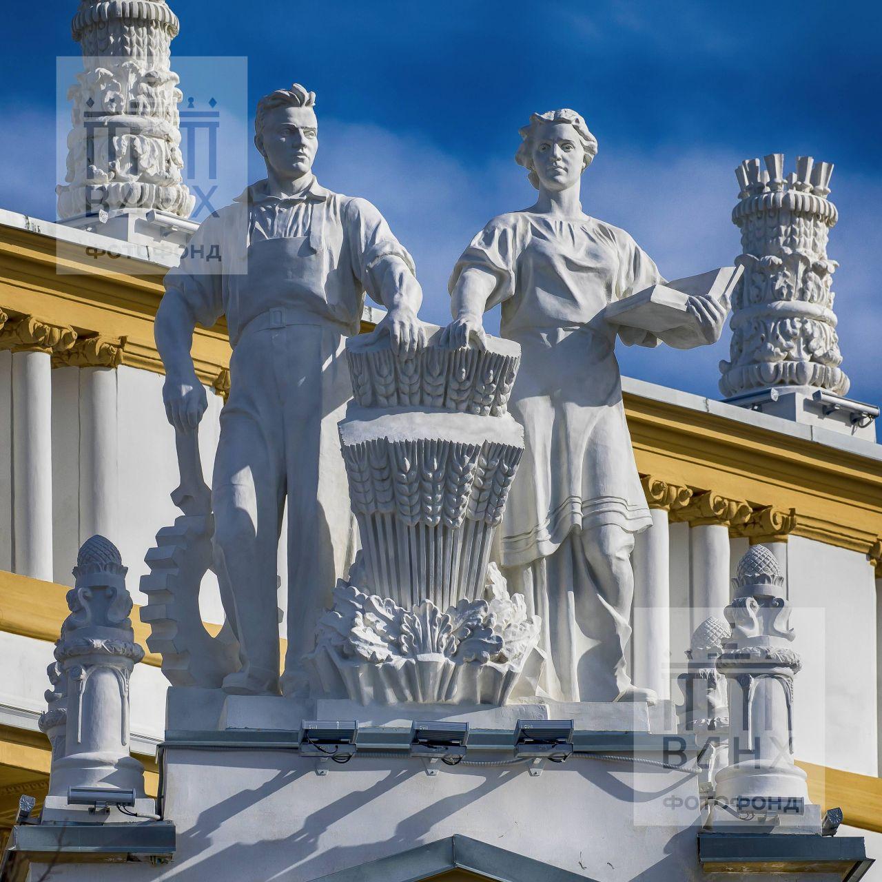 "Скульптура ""Тракторист и колхозница"""