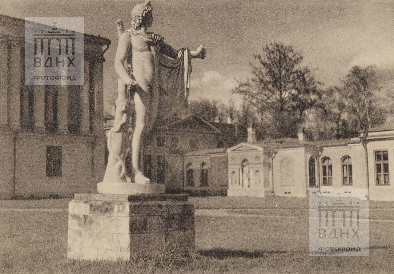 Окрестности Москвы. Статуя Аполлона на парадном дворе усадьбы Останкино